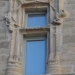 Fenêtre médiévale du village de Caux dans l'Hérault