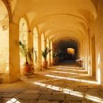 Roujan, abbaye de Cassan, couloir et fenetres de façade