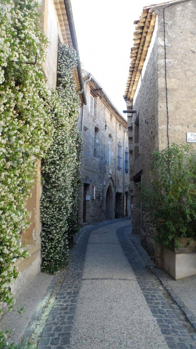Caux 34720 dans le Languedoc Hérault  | une rue