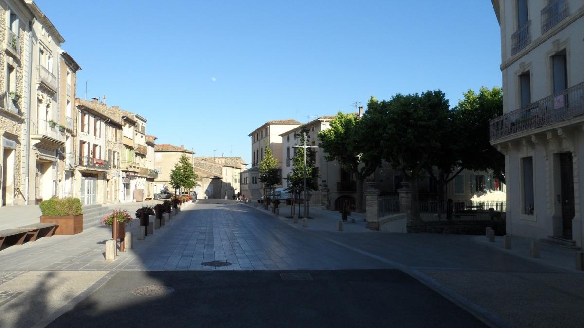 Caux 34720 dans le Languedoc Hérault  | place de la mairie