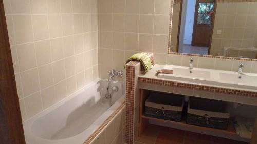 Gite Hérault proche Pézenas sale de bain baignoire
